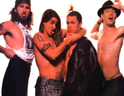 Foto de Red Hot Chili Peppers con el torso descubierto