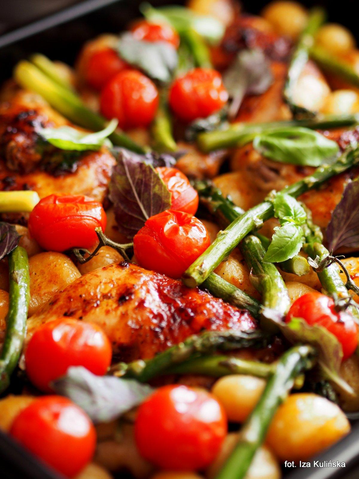 Cały obiad z piekarnika. Kurczak pieczony z młodymi warzywami, w marynacie z oleju rzepakowego