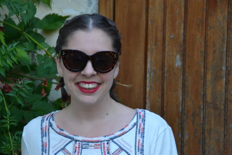 lunette de soleil Aliexpress, coiffure tresses plaquées et blouse promod