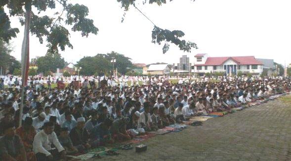 Ribuan Warga Benteng, Shalat Id di Lapangan Pemuda