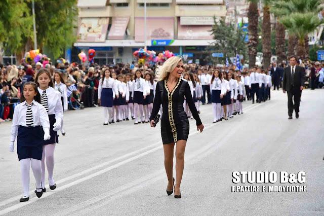 Η δασκάλα που έκλεψε τις εντυπώσεις στην παρέλαση των μαθητών στο Ναύπλιο (βίντεο)