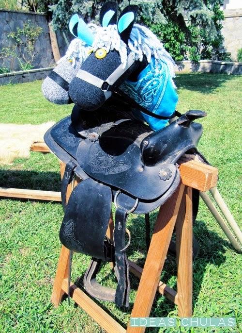 Caballos de palo y silla de montar apoyada sobre un caballete