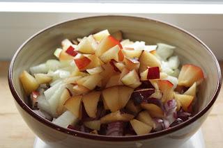 Pflaumen und Zwiebeln, geschnitten, fürs Chutney