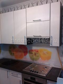 кухня с фотопечатью на оргстекле с изображением перцев
