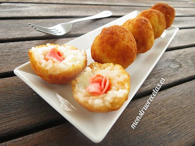 Arancini o croquetas de arroz, rellenos de jamón y queso