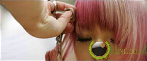 Memotong rambut seseorang tanpa ijin dari mereka
