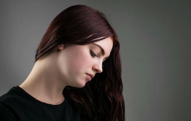 Donna affetta dalla sindrome premestruale