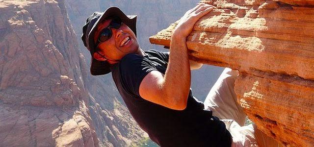 Moritz Bensemar turnt dumm grinsend oben an der Felsspitze herum