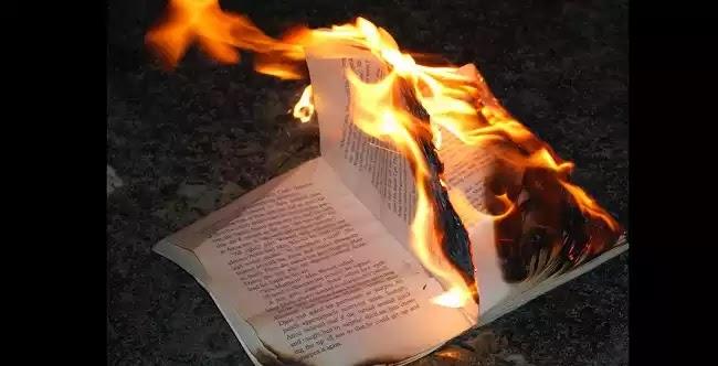"""Το """"Μουροβιβλίο"""" παραδέχεται ότι μας λογοκρίνει και απομονώνει!"""