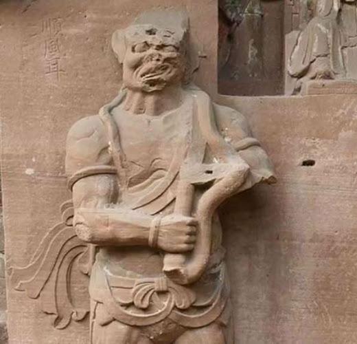 El extraño dispositivo en la estatua de Clariaudiencia