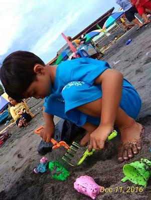 bermain pasir di Pantai Depok