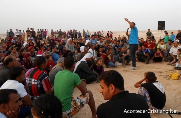 Cristianos egipcios realizan culto en la calle