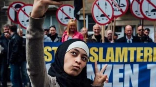 KEREN!! Remaja Berhijab `Selfie` Sambil Senyum, Di Depan PengunjukRasa ANTI-ISLAM Dan Apa Yang Terjadi ...