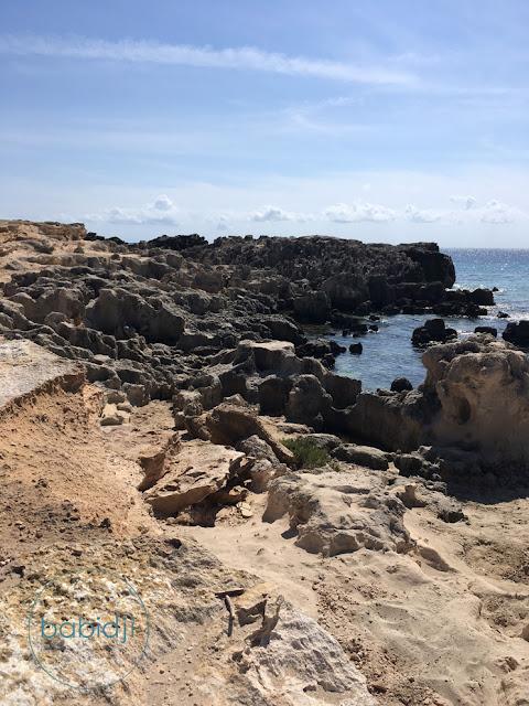Roches sculptées par la mer à la plage ses Salines à Ibiza
