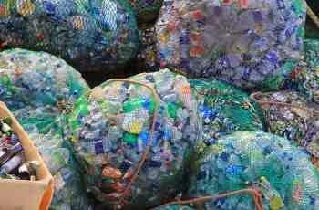 Unbehandelter, nicht leuchtender und glitzernder Plastikmüll in den Netzen der Fischer