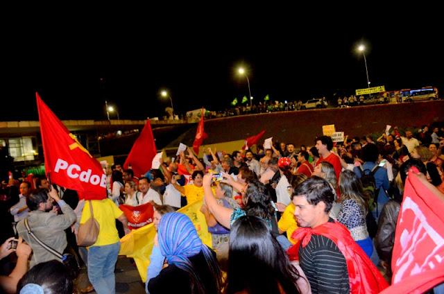 Manifestantes na entrada principal do Senado contra o impeachment. Acima da imagem o grupo favorável à saída da presidenta Dilma. FotoJoaquim Dantas