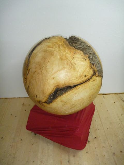 Riesige Holzkugel