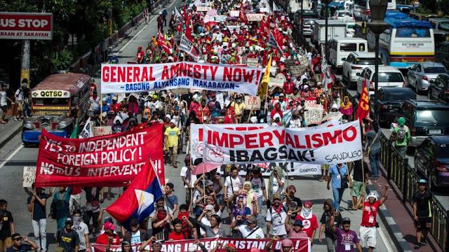 Filipinos queman bandera de EEUU en protesta en Manila