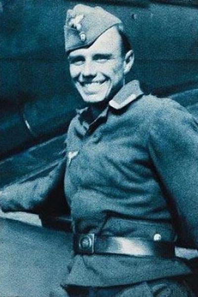 Йозеф Бойс на фоне военного самолета