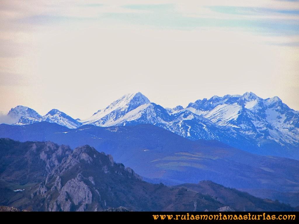 Vista de las montañas de Ubiña desde la Colladina