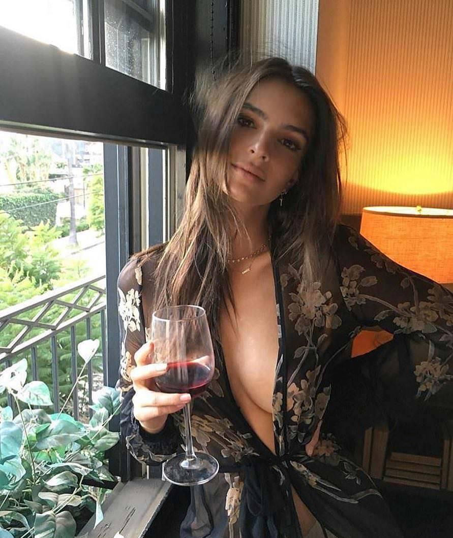 Emily Ratajkowski. Бокал вина