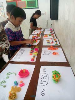 Anak-anak SD sedang mendesain benda-benda kerajinan