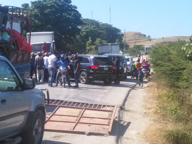 Haitianos arman lio por el traslado de ¨CHUPAO¨, supuesto implicado en muerte de policia