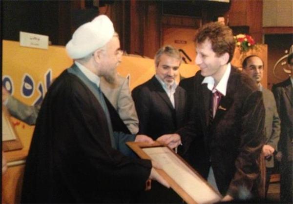 لوح تقدیر گرفتن بابک زنجانی از حسن روحانی