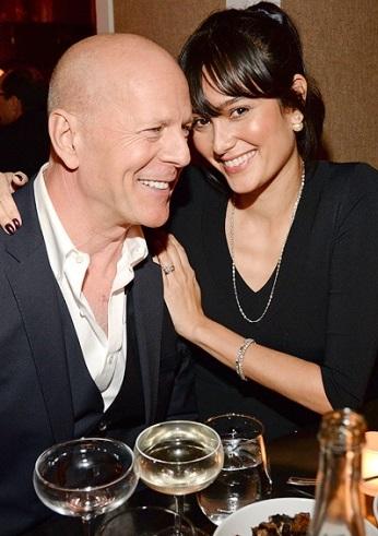 Foto de Bruce Willis muy feliz junto a Emma Heming