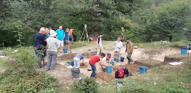 Los arqueólogos estudian un sitio prehistórico de 70,000 años en la aldea armenia