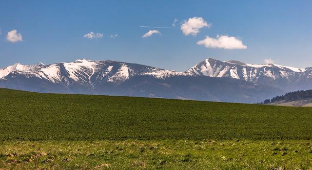 1c924d4b2f89 Prešiel som kúsok po meste a potom kúsok okolo Liptovskej M. kde sa mi  ukázal prvý pohľad na krásne a ešte stále biele Západné Tatry.