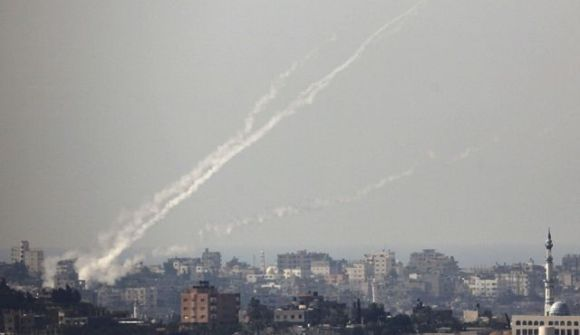 Peluncuran roket oleh pejuang Palestina