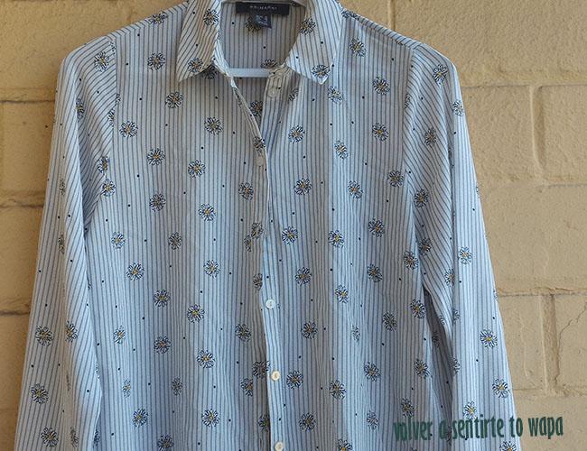 Camisa blanca con rayas azules y margaritas de Primark