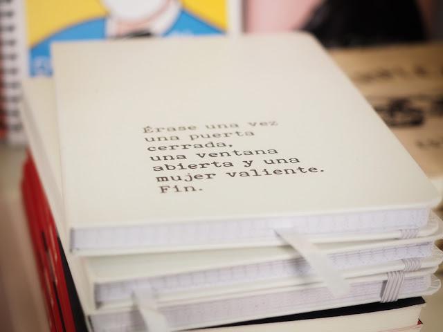 Primer plano de un cuaderno blanco