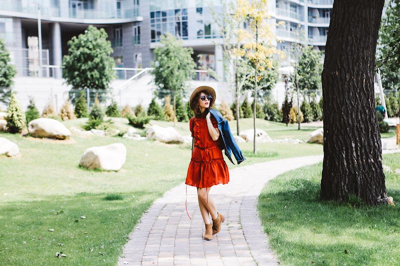 красное платье с чем носить