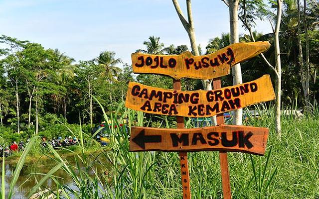 Tanda arah tempat berkumpul para peserta outbond di Desa Wisata Pancoh
