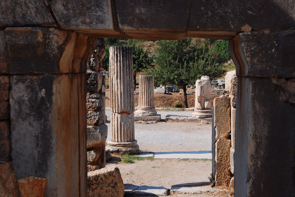 vue sur l'agora depuis la Basilique, centre d'affaires de la cité, qui possédait une nef et deux ailes, séparées de rangées de colonnes