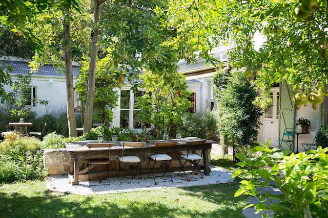 jardín y mesa de madera de estilo provenzal