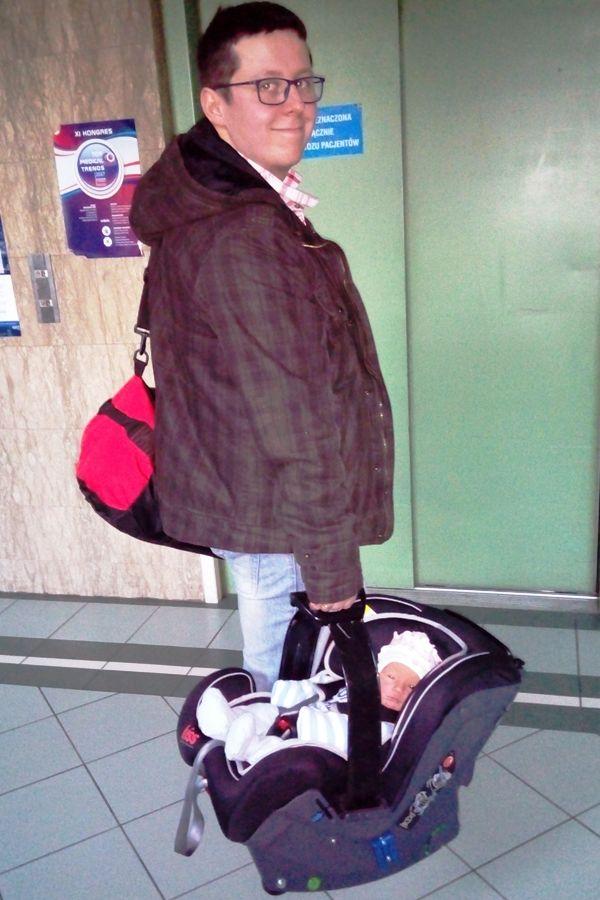 noworodek, klippan kiss 2, newborn, wyjście ze szpitala w foteliku, dumny tata