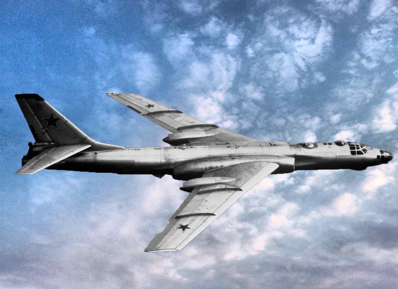Hasil gambar untuk pesawat pengebom Tupolev Tu-16 yang dikirim Soviet