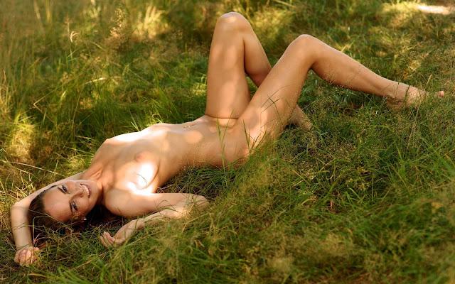 Девушка, обнаженная, тело, грудь, соски, животик, ножки, лежит, тень, трава, поляна, природа