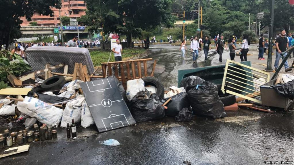 Barricadas ciudadanas y quema de objetos fueron parte de la tensa jornada en Venezuela