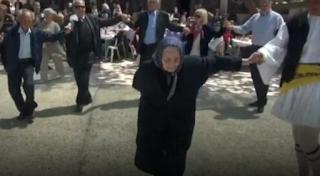 Ναύπακτος: Λεβέντισσα αιωνόβια γιαγιά χειροκροτήθηκε χορεύοντας τσάμικο