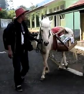 Pak Ridwan Sururi tak hanya memberikan edukasi dan menanamkan budaya MEMBACA BUKU sejak dini. Kegiatan keliling rutinnya bersama kuda kesayangannya, Luna, setiap hari Selasa, Rabu, dan Kamis dipertemukan oleh pengabdian tanpa pamrih. Menawarkan ke sekolah-sekolah sebuah aktivitas Literasi GRATIS.