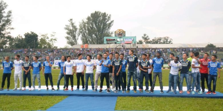 Para pemain Persib Bandung saat menjalani sesi pemotretan dalam acara launching tim Persib sebagai bentuk kesiapan menghadapi Kejuaraan Sepak Bola Torabika 2016 di Stadion Siliwangi, Sabtu (23/4/2016)