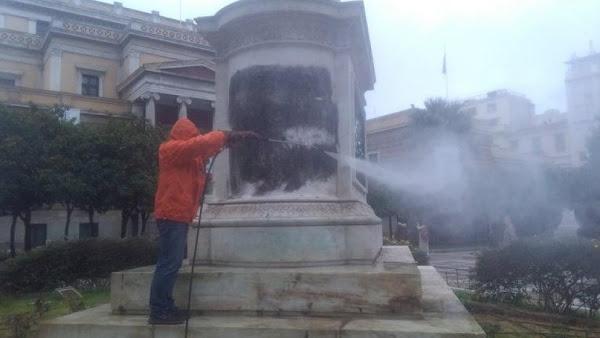 Ελληνόφωνοι  βανδάλισαν τον ανδριάντα του Κολοκοτρώνη στην Αθήνα