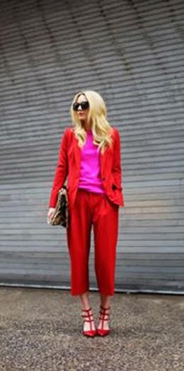 Fato vermelho e blusa rosa