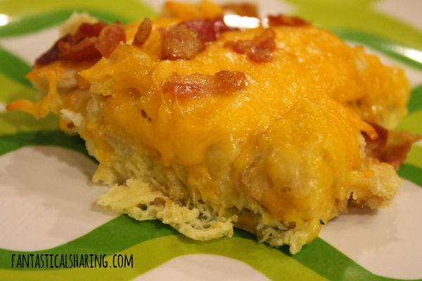 Cheesy Bacon Breakfast Casserole // This breakfast recipe can be tossed together in a pinch and feed a crowd! #recipe #bacon #breakfast #casserole
