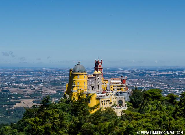 Qué ver en Sintra. Visita de un día. Vistas al Palacio da Pena desde el punto más alto de la Sierra de Sintra
