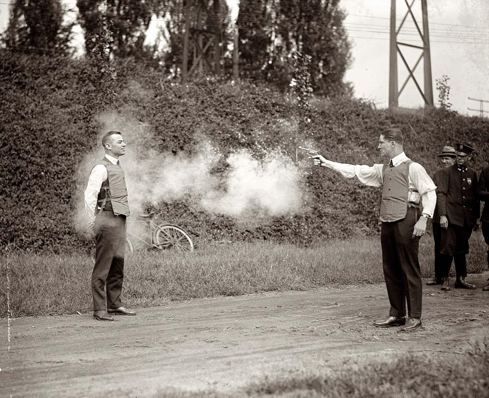 Testing%2Ba%2Bbulletproof%2Bvest%252C%2B1923%2B%25281%2529 - Como era testado um colete à prova de balas no começo do século XX